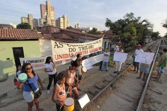 Moradores participam de manifestação pública contra a construção do VLT