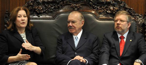ministra do Planejamento, Miriam Belchior, e os presidentes do Senado, José Sarney, e da Câmara, Marco Maia, durante a entrega do projeto do Orçamento da União para 2012