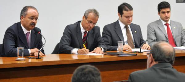 Apartir da esqurda, os deputados Vicente Candido (relator), Renan Filho (presidente) e Rui Palmeira (PSDB-AL) na eleição e instalação da comissão Foto: Leonardo Prado/Câmara dos Deputados