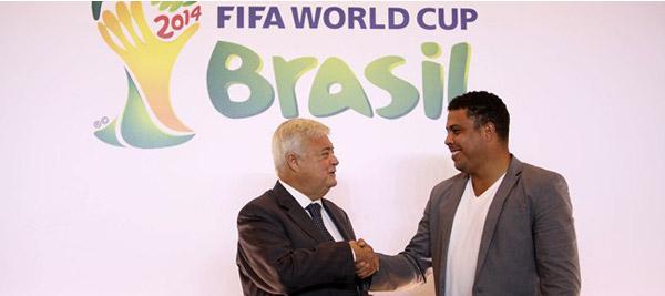 Ricardo Teixeira (a esquerda) cumprimenta Ronaldo durante o anúncio de seu novo cargo no COL