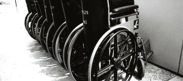 Cadeiras de roda enfileiradas