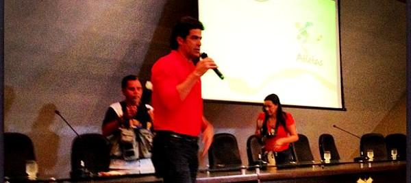 Raí Oliveira, Diretor da Atletas pela Cidadania, durante o evento Copa Olimpíadas e Eleições: Qual É o Legado para a Sua Cidade? em Manaus.
