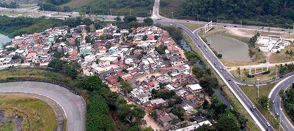 Imagem aérea da Vila Autódromo, localizada na zona oeste do Rio, ao lado de onde será construído o Parque Olímpico para os jogos de Rio 2016