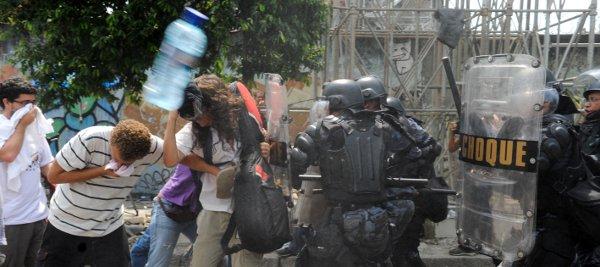 Manifestantes que acompanhavam, do lado de fora, a saída de indígenas do prédio do antigo Museu do Índio ocuparam a Avenida Radial Oeste - uma das principais e mais movimentadas da cidade. O Batalhão de Choque da Polícia Militar usou bombas de gás lacrimogêneo, spray de pimenta e balas de borracha para conter os manifestantes, que fizeram uma corrente humana no meio da pista e foram retirados à força. Foto: Tânia Rêgo/ABr
