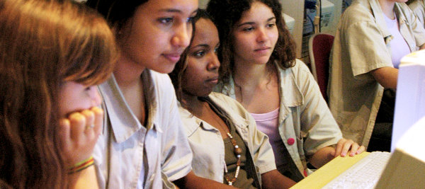 Estudantes olham um computador