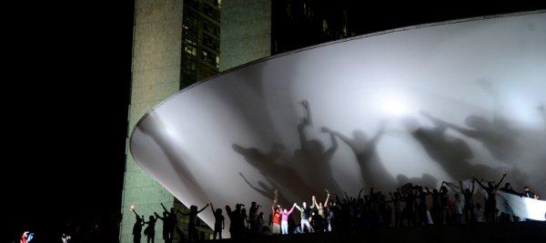 Manifestantes ocupam cúpula do Congresso Nacional na noite de segunda-feira 17/6. Foto: Fábio Rodrigues Pozzebom/ABr