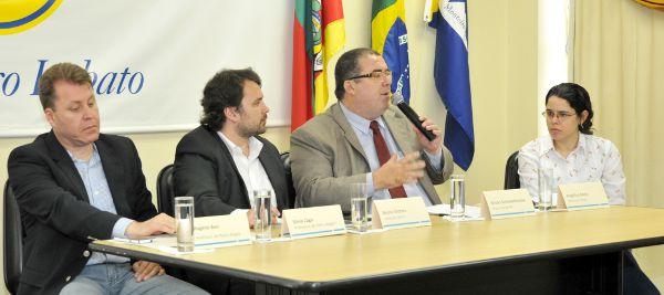 A partir da esquerda, Silvio Zago, Prefeitura de Porto Alegre, Bruno Videira, Insituto Ethos, Bruno Scheidemandel, do governo do RS e Angélica Rocha, também do Ethos, durante o seminário em Porto Alegre. Crédito: Sandro Maduell/D3 Fotografia