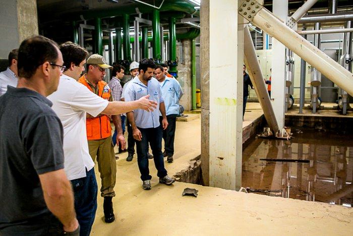 Os secretários de Projetos Estratégicos e Cultura, Esporte e Lazer  observam a inundação na subestação elétrica na Arena Pantanal, durante vistoria no dia 22/1. Foto: Chico Valdiner/ Secom-MT
