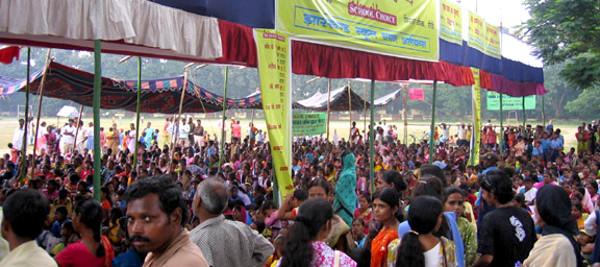 Um Jan Sunwai, espécie de audiência pública convocada pela sociedade civil, na cidade de Ranchi, em outubro de 2008. Mais de 4500 pessoas estiveram presentes para debater sobre financiamento das escolas públicas. Foto: School Choice