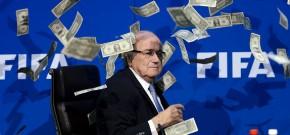 Comediante Inglês, Simon Brodkin, joga notas falsas em Blatter durante entrevista coletiva. Foto: AFP.