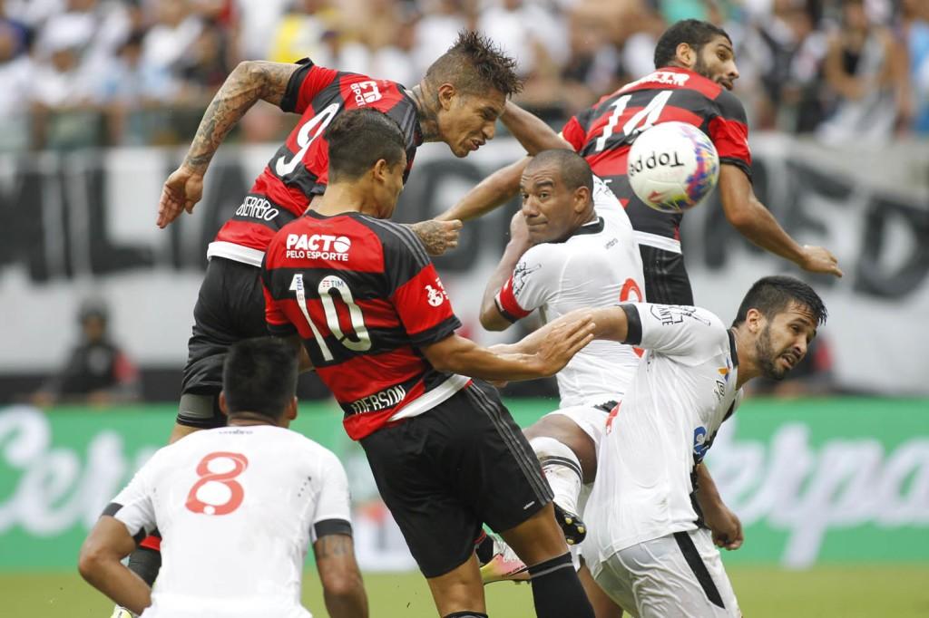 Disputa de bola em Manaus. Foto: Gilvan Souza/Flamengo